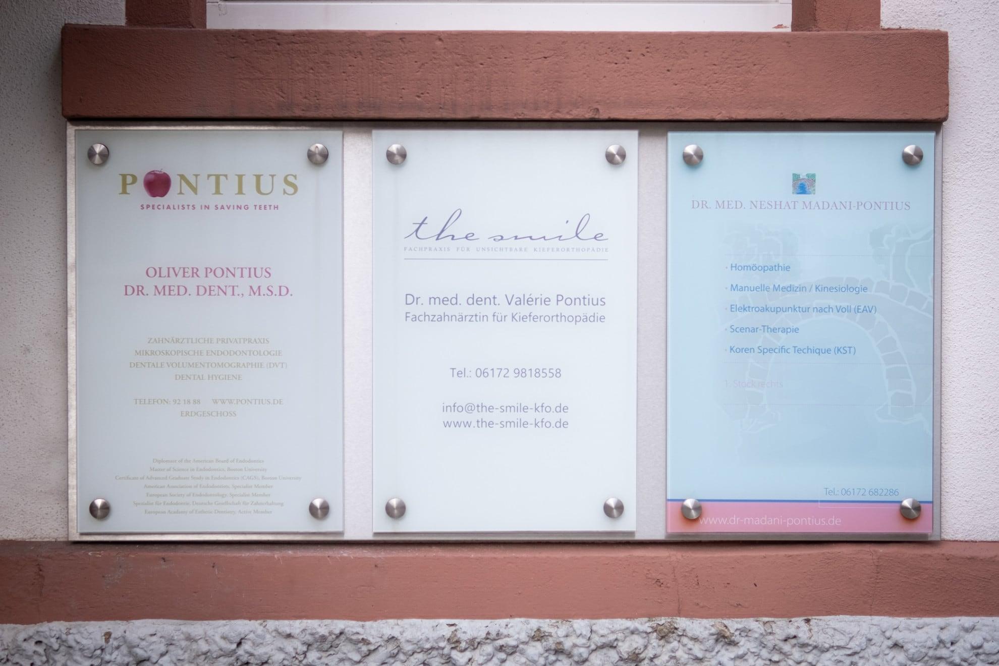 Praxis Dr. Oliver Pontius, Bad Homburg, Eingangsbereich, Praxisschilder